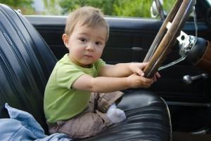 Bambino guida auto