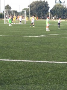Bambini mentre giocano a calcio