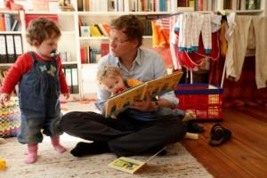 Papà legge favola ai figli