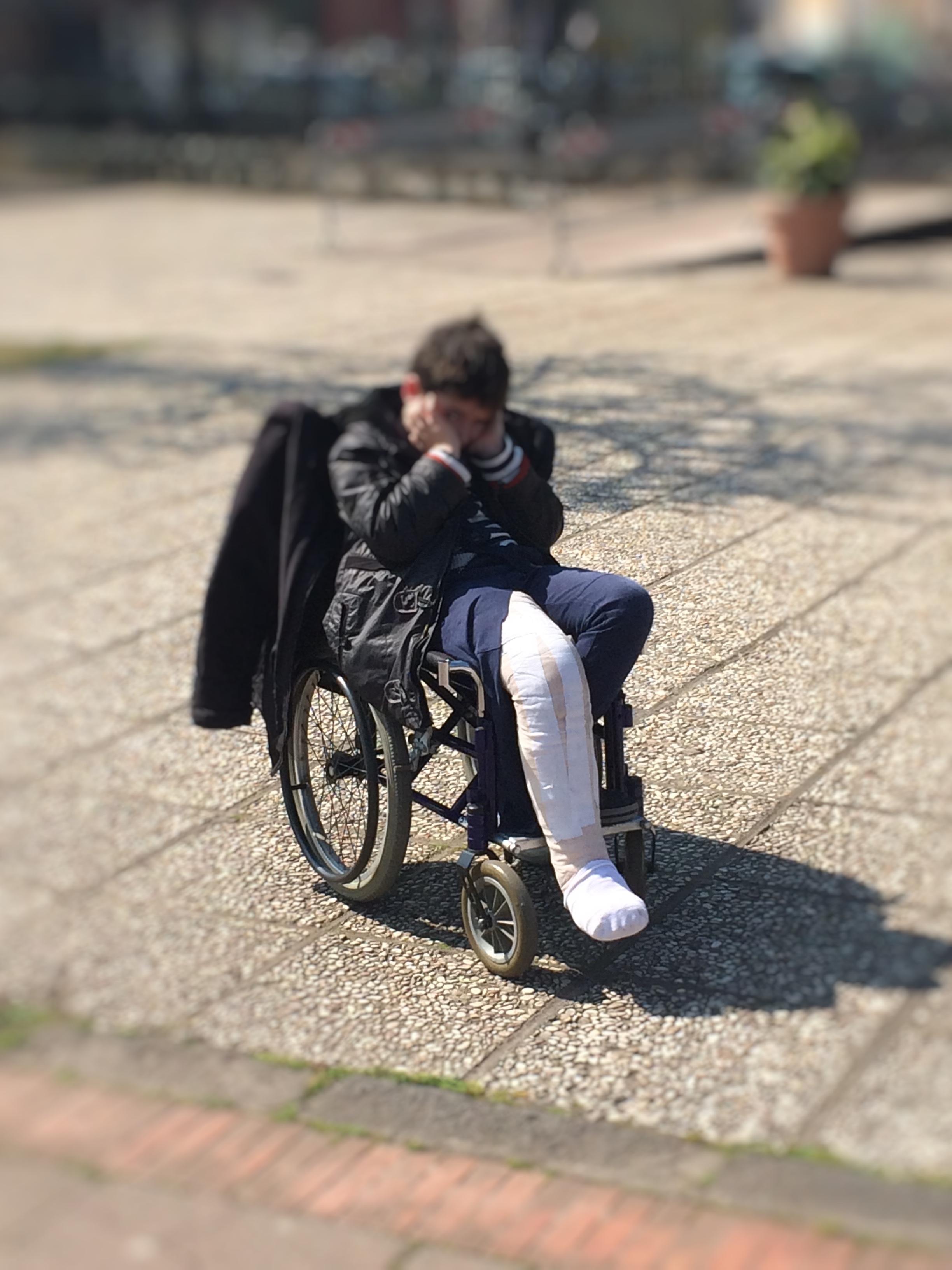 Storia di un bambino costretto sulla sedia a rotelle per ...